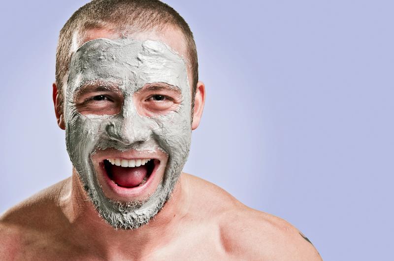 мужчина с маской для лица